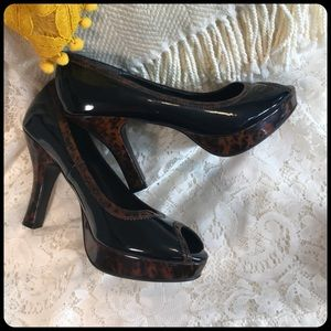 NO BOUNDARIES Peep-Toe Patent Leather Black Heels